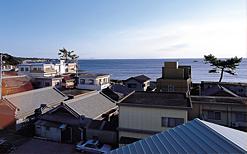 三階からの眺め。海(白浜)までは歩いてすぐ